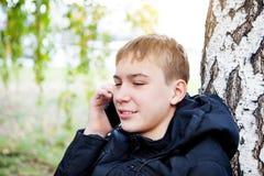Έφηβος με το κινητό τηλέφωνο Στοκ Εικόνες