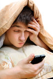 Έφηβος με το κινητό τηλέφωνο Στοκ φωτογραφία με δικαίωμα ελεύθερης χρήσης