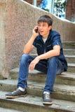 Έφηβος με το κινητό τηλέφωνο Στοκ Εικόνα