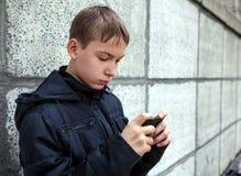 Έφηβος με το κινητό τηλέφωνο Στοκ Φωτογραφία