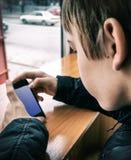 Έφηβος με το κινητό τηλέφωνο Στοκ φωτογραφίες με δικαίωμα ελεύθερης χρήσης