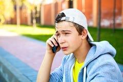 Έφηβος με το κινητό τηλέφωνο Στοκ εικόνα με δικαίωμα ελεύθερης χρήσης