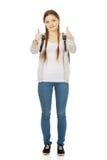 Έφηβος με το σακίδιο πλάτης και τους αντίχειρες επάνω Στοκ φωτογραφίες με δικαίωμα ελεύθερης χρήσης