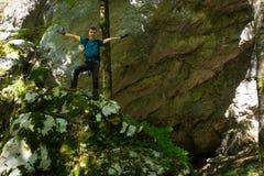 Έφηβος με το σακίδιο πλάτης κοντά σε μια σπηλιά Στοκ φωτογραφία με δικαίωμα ελεύθερης χρήσης