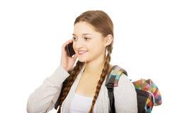 Έφηβος με το σακίδιο πλάτης με το κινητό τηλέφωνο Στοκ φωτογραφίες με δικαίωμα ελεύθερης χρήσης