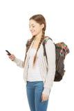 Έφηβος με το σακίδιο πλάτης που στέλνει sms Στοκ φωτογραφία με δικαίωμα ελεύθερης χρήσης