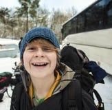 Έφηβος με το σακίδιο πλάτης σε ένα χειμερινό ταξίδι Στοκ φωτογραφία με δικαίωμα ελεύθερης χρήσης