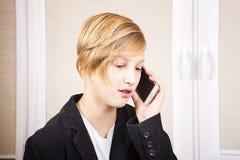 Έφηβος με το τηλέφωνο στα χέρια Στοκ φωτογραφία με δικαίωμα ελεύθερης χρήσης