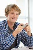 Έφηβος με το τηλέφωνο στην κατηγορία Στοκ Φωτογραφίες