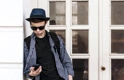 Έφηβος με το τηλέφωνο στην οδό Στοκ φωτογραφία με δικαίωμα ελεύθερης χρήσης