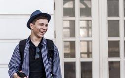 Έφηβος με το τηλέφωνο στην οδό Στοκ φωτογραφίες με δικαίωμα ελεύθερης χρήσης