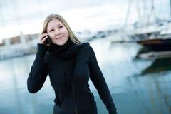 Έφηβος με το τηλέφωνο της Mobil Στοκ εικόνες με δικαίωμα ελεύθερης χρήσης