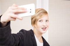 Έφηβος με το τηλέφωνο Στοκ εικόνες με δικαίωμα ελεύθερης χρήσης