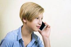 Έφηβος με το τηλέφωνο Στοκ Φωτογραφία