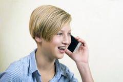 Έφηβος με το τηλέφωνο Στοκ εικόνα με δικαίωμα ελεύθερης χρήσης