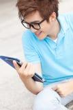 Έφηβος με το touchpad Στοκ Φωτογραφίες
