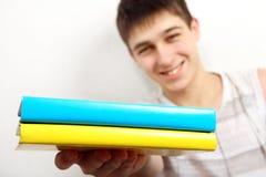 Έφηβος με δύο βιβλία στοκ εικόνα