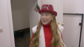Έφηβος νέων κοριτσιών στο κοστούμι Χριστουγέννων που χορεύει στο βεστιάριο φιλμ μικρού μήκους