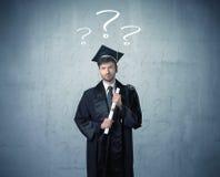 Έφηβος νέων πτυχιούχων με τα ερωτηματικά που σύρονται Στοκ Εικόνα