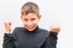 Έφηβος νίκη χειρονομιών απομονωμένο στο λευκό υπόβαθρο στοκ φωτογραφίες