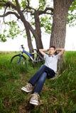 έφηβος πάρκων χλόης ποδηλάτων Στοκ εικόνα με δικαίωμα ελεύθερης χρήσης