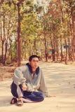 Έφηβος που ακούει mp3 υπαίθρια στοκ φωτογραφία