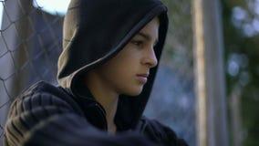 Έφηβος που ανατρέπεται με τη σχολική φοβέρα, που κρύβει στο κατώφλι, που ματαιώνεται και ανίσχυρος στοκ φωτογραφία με δικαίωμα ελεύθερης χρήσης