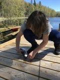 Έφηβος που απελευθερώνει τα ψάρια Στοκ Φωτογραφία