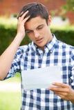 Έφηβος που απογοητεύεται με τα αποτελέσματα διαγωνισμών στοκ εικόνες