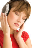 Έφηβος που απολαμβάνει τη μουσική στοκ φωτογραφία