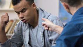Έφηβος που επιπλήττει το σιωπηλό καταθλιπτικό φίλο του, προβλήματα σχέσης γυμνασίου φιλμ μικρού μήκους