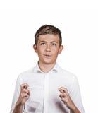 Έφηβος που διασχίζει την επιθυμία δάχτυλων, που προσεύχεται για το θαύμα στοκ εικόνα