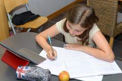 Έφηβος που κάνει την εργασία της Στοκ Εικόνα
