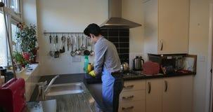 Έφηβος που καθαρίζει την κουζίνα