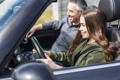 Έφηβος που μαθαίνει να οδηγεί ή που δίνει την οδηγώντας εξέταση Στοκ Εικόνες
