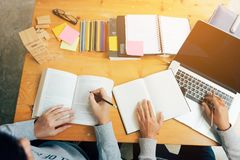 Έφηβος που μελετά στο γραφείο και που κάνει homeworks και που χρησιμοποιεί το lap-top στοκ φωτογραφία με δικαίωμα ελεύθερης χρήσης