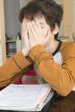 Έφηβος που μελετά με την ψηφιακή ταμπλέτα στο σπίτι Στοκ Φωτογραφίες