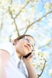 Έφηβος που μιλά σε ένα τηλέφωνο κυττάρων Στοκ Εικόνα