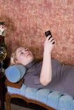 Έφηβος που μιλά στο τηλέφωνο κυττάρων Στοκ Φωτογραφίες