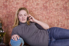 Έφηβος που μιλά στο τηλέφωνο κυττάρων Στοκ Εικόνες