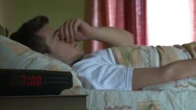 Έφηβος που ξυπνά απόθεμα βίντεο