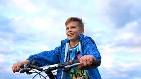 Έφηβος που οδηγά ένα ποδήλατο, που κάνει τον αθλητισμό στο καθαρό αέρα Ταξίδι και ενεργός ψυχαγωγία Στιγμές της ευτυχούς παιδικής στοκ φωτογραφίες