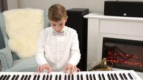 Έφηβος που παίζει ένα πιάνο Partiture απόθεμα βίντεο