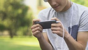 Έφηβος που παίζει το τηλεοπτικό παιχνίδι στο τηλέφωνο, νευρικός και ενοχλημένος, αναταραχή τυχερού παιχνιδιού φιλμ μικρού μήκους