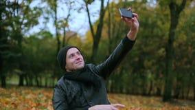 Έφηβος που παίρνει selfie τη φωτογραφία στο πάρκο απόθεμα βίντεο