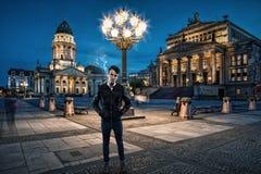 Έφηβος που περιμένει κάτω από ένα φανάρι Στοκ Φωτογραφίες