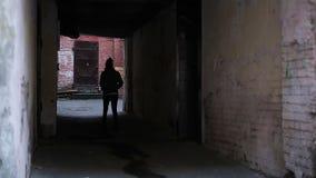 Έφηβος που περιπλανιέται μόνο στην παράξενη θέση, καταθλιπτικός νεαρός άνδρας που περπατά αργά απόθεμα βίντεο
