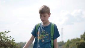 Έφηβος που περπατά κατά μήκος της προκυμαίας Καλός καιρός Δροσερό μήκος σε πόδηα φιλμ μικρού μήκους