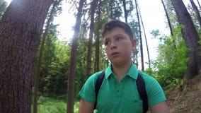 Έφηβος που περπατά στο δασικό πυροβολισμό selfie φιλμ μικρού μήκους