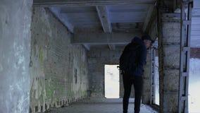 Έφηβος που περπατά στο εγκαταλειμμένο σπίτι, επικίνδυνη θέση, κίνδυνος απαγωγής φιλμ μικρού μήκους